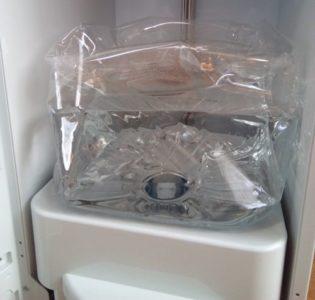 スラットの天然水ボトルも水が減ると縮む